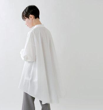 キレイめとラフ感を両立。「ロングシャツ×パンツ」の洗練コーデ