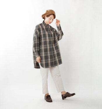 チェック柄のロングシャツに、白パンツを合わせたコーディネートです。ブラウンやグレーをベースにしたチェック柄なら、子どもっぽくなりすぎる心配もありません。ブラウンのベレー帽とローファーをプラスして、大人っぽいチェック柄コーデにまとめています。