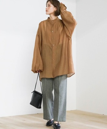 ブラウンのシースルーロングシャツに、グレーのワイドパンツを合わせたスタイルです。シューズとショルダーバッグは黒で揃えて、全体的にシックな色味でまとめています。ワイドパンツはセンタープレス入りをチョイスして、キレイめ感を高めたコーディネートに。