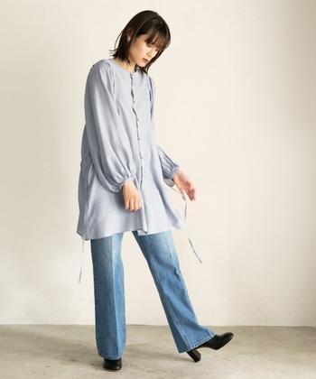 薄いブルーのロング丈シャツに、デニムのワイドパンツを合わせたスタイリング。センタープレス入りのデニムを選ぶことで、カジュアル感を抑えています。ヒールのあるシューズで、デニムを女性らしく着こなしていますね。