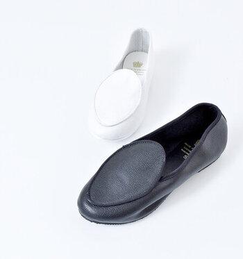 イギリスのダンスシューズメーカーが手掛ける、レザー素材のフラットシューズ。柔らかなレザーを使い、しなやかな履き心地と足を優しく包み込む感覚を味わえます。かかと部分も踏めるほどに柔らかいので、靴擦れしにくいのも嬉しいポイントです。