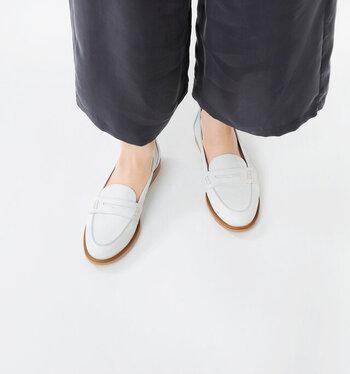 タイトなシルエットとフラットなソールで、すっきりと履きこなせるレザーローファーです。履きこむほどに柔らかくなり、足に馴染んでいくのが魅力の一足。キレイめからカジュアルまで、オンオフ問わずに合わせられるので、デイリーに活躍してくれます。