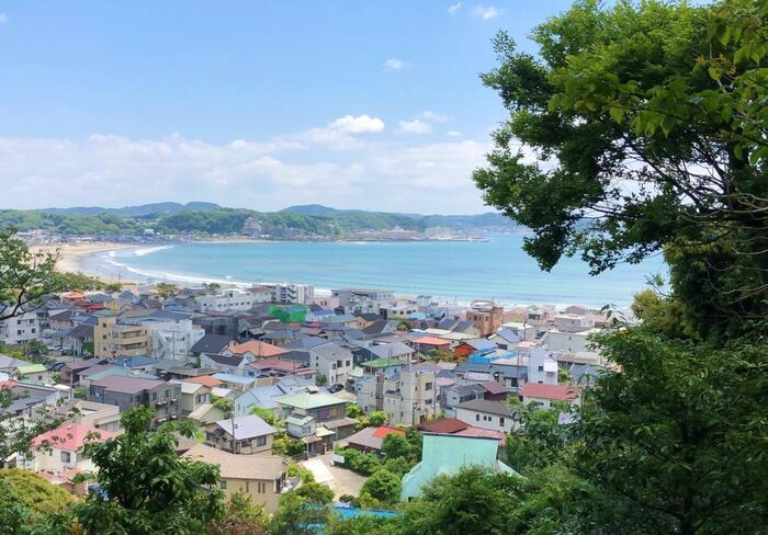 """緑溢れる山々に三方を囲まれ、海風運ぶ相模湾にも開けた古都「鎌倉」は、自然豊かで風光明媚。山裾が入り組み、起伏に富むため、景観も豊かです。陽も燦々と降り注ぎ、一年を通して温暖です。  【5月中旬の「長谷寺」境内の見晴台からの眺望。長谷や由比ヶ浜の住宅街の向こうに弧を描く相模湾の素晴らしい景色が望める。「長谷寺」は、観音山にある創建736年の名刹で、""""花の寺""""としても名高く、特に有名なのが紫陽花。季節になると、2500株ものあじさいが境内を彩る。】"""