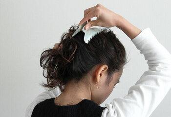 しっかりとしたバネの強さがあるので、ヘアゴムの上から挟むだけでなくまとめ髪にも使用できます。