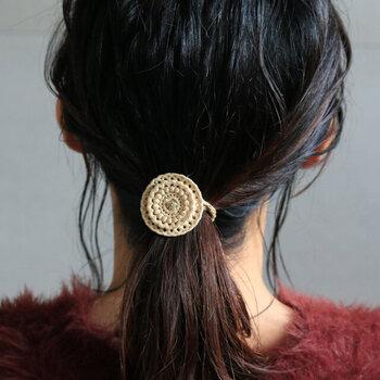 シルク糸とラメ糸を使った、レース素材の繊細なヘアゴムです。車輪をモチーフにしたデザインで、大ぶりな形がパッと目を引きます。ラメ糸がほどよい光沢感を与えてくれるので、しっかりとした金属製にも見えるのがポイント。大人女子でも使いやすいヘアゴムです。