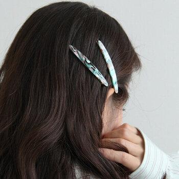 ダウンスタイルにも、まとめ髪にも、サッと挟むだけで使えるヘアピン。シックなマーブルカラーが印象的で、前髪を留めるだけでもいつものヘアスタイルをアップデートできちゃいますよ♪