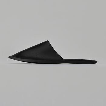 またウレタンの緩衝材が足裏全面に入っているため、足の負担を軽減し、履きやすさまでも実現しました。使い続けていくと味が出るのも上質な革製品の良さ。ぜひ試していただきたいスリッパです。