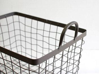 スリッパをばさっとラフに入れてもサマになるワイヤーバスケットです。