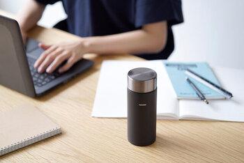 耐熱ガラスメーカー「HARIO(ハリオ)」のスティックボトルは、フタの開け閉めがしやすく、程よいサイズ感が魅力。フタを外せば、そのままドリッパーを乗せられるので、できたてのコーヒーを保温・保冷しながら持ち運ぶことができます。