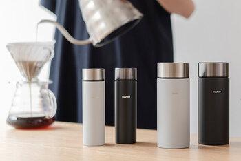 サイズはコーヒー1杯分が入る140mlと、2倍以上の大きさがある350mlの2種類。白と黒の2カラー展開で、お揃いアイテムとしてもおすすめです。