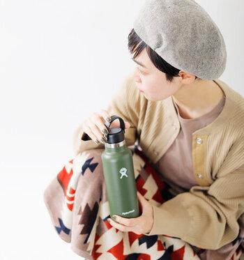 ステンレスボトルブランド「Hydro Flask(ハイドロフラスク)」のロゴがさりげなくあしらわれたステンレスボトル。真空断熱構造になっていて、保冷なら24時間・保温なら6時間可能です。容量は532mlで、しっかりと水分をとりたい方におすすめのサイズ感になっています。