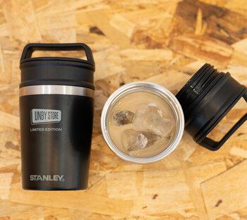 容量約230mlのコンパクトサイズなタンブラー。コンビニコーヒーのSサイズがぴったりと収まる大きさです。ハンドルがついているのでそのまま持ち運びもしやすく、カフェ用のタンブラーとして使っても◎ もちろん、完全密封ができるつくりなので、バッグの中でコーヒーが漏れてしまう心配もありません。