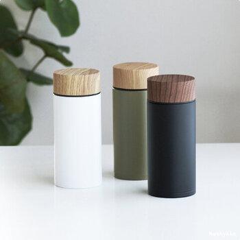 真空二重構造のシンプルなボトルに、木目調のフタを組み合わせたナチュラルなデザインのボトルです。パーツが少なく洗いやすいので、毎日の使用にもぴったり。400mlと500nlの2つのサイズから選べます。