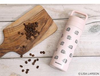 リサ・ラーソンのデザインがとってもおしゃれな、ピンクのステンレスボトル。実はコーヒープレスが一体化しているので、これ1本でコーヒーを淹れることができるんです。