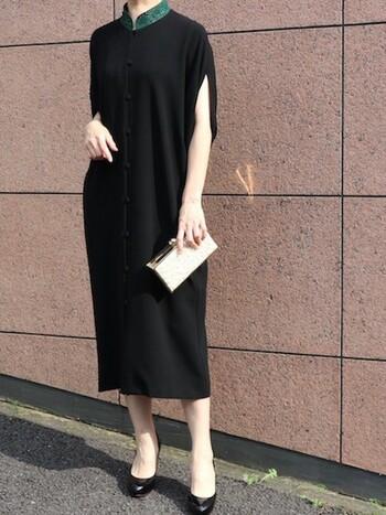 グリーンの刺繍の首元にボタンがアクセントのチャイナ風なドレス。シンプルながらドルマンスリーブによるドレープが美しい、細部にまでこだわったドレスで、誰ともかぶらないような大人なコーデに◎