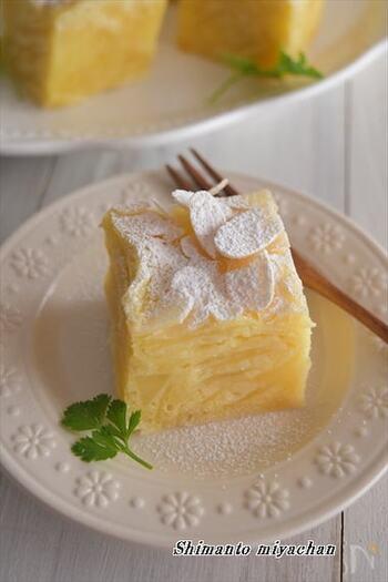 電子レンジで簡単に作れるフランス発のガトーインビジブル。断面を見るとたっぷりのりんごが層になっています。スライスアーモンドがアクセントになった、しっとりフルーティーな美味しさです。