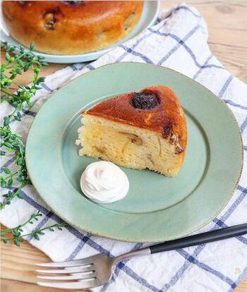ホットケーキミックスと炊飯器を使って作る簡単バナナケーキ。熟れすぎたバナナの消費にもぴったりです。ケーキの横に生クリームを添えるとカフェ気分で食べられそう♪