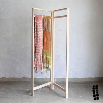 かつて着物を掛けておくために和室に設えられていた「衣桁」を、現代の暮らしに合わせてアレンジしたラック。和室も洋室にも合うオールマイティさと、シンプルで実用的なデザインが魅力的。パーテーションとしてお好みの布を掛けてもいいですし、ハンガーラックとして使うこともできます。