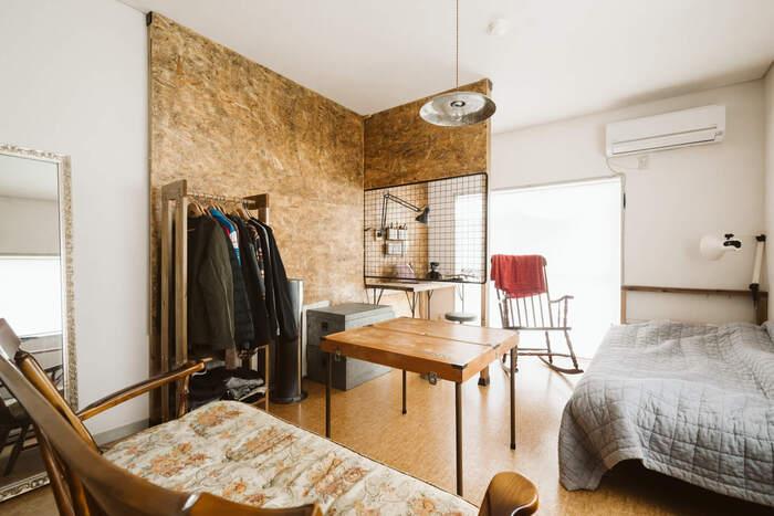 壁には「ディアウォール」を利用して柱を立て、ホームセンターで入手できるサブロク板で壁をDIY。ウッディな雰囲気がおしゃれで、まるでデザイナーズ住宅のよう。