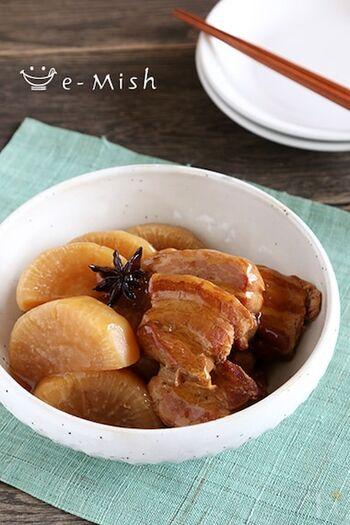 圧力鍋で煮込んだ豚の角煮はトロトロで、大根にもしっかりと味が染み込みます。こちらのレシピでは八角が入っており、少々台湾風。苦手な人は抜いて作っても良さそうです。