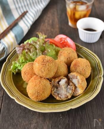 里芋は煮物だけでなく、コロッケにしてもおいしい♪じゃがいもとは違うねっとり感を楽しめます。ひき肉は、オイスターソースを使って濃いめに味付けするのがポイント。