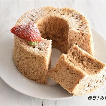 ホットケーキミックスと電子レンジで作るシフォンケーキは、メレンゲ不要なので簡単。ふわっふわで、ひと口食べるとミルクティー風味がふんわり香ります。