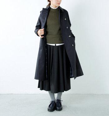 英国スタイルの定番トレンチコートには、英国女子コーデがおすすめ。丈が長めのスカートとセーター&シャツでクラシカルな雰囲気に仕上げませんか?