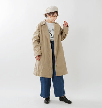 ミニマルデザインなチェスターコートには、ボリューム感をたっぷりともたせたシルエットを演出し、ベレー帽やスニーカーなどの小物でアクセントをつけるとGOOD。