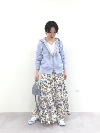 可愛い花柄スカートを履くのがちょっと照れくさいなら、パーカーを羽織るのはいかがですか?パーカーも淡いパステル調の色味だとより春らしいコーデになりますよ。