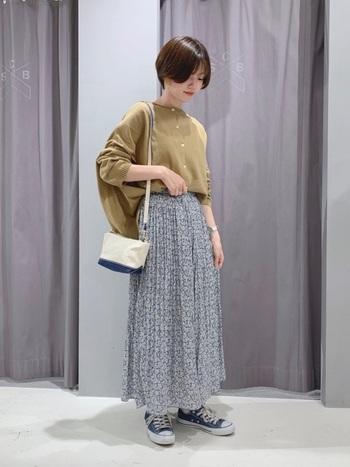 小花柄のプリーツスカートには、シンプルなノーカラーのシャツがお似合い。花柄はブラウス×スカートのコーデにぴったりなんです。スニーカーで程よくカジュアルダウンしましょう。