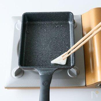 馴染むまでの数回は、使用する前に2~3回くらい油慣らしをしてくださいね。弱火から弱めの中火にかけてサラダ油を塗り、温度が上がってから再度、サラダ油を塗ることを繰り返して、さらに内側部分の油を馴染ませていきます。