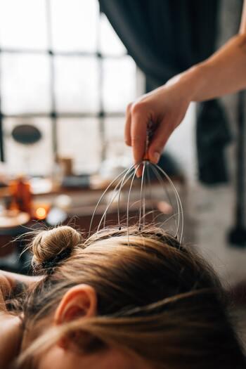 ヘッドスパには基本的に、頭皮ケアだけでなくリンパの流れをよくするための頭皮マッサージやツボ押しが含まれています。血行が促されることで眼精疲労なども緩和し高いリラックス効果が期待できます◎ 頭皮の汚れと一緒に心の疲れも流してくれるでしょう。