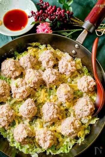 千切りにした白菜をフライパンに敷き、丸めた肉だねを並べて蒸すオープン焼売のレシピ。焼売にも白菜の根元部分を刻んで加えています。蒸している間はほったらかしでOKなので、他の料理にも取り掛かれて時短に♪
