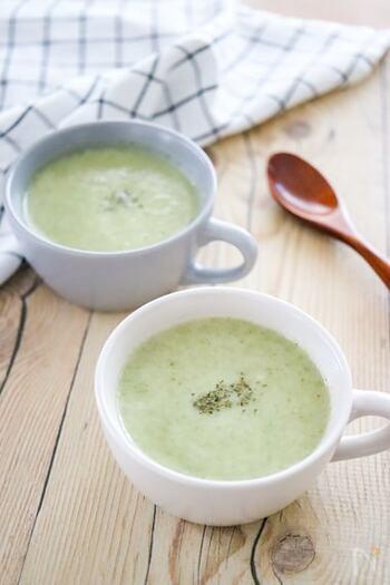 白菜と豆乳で作るポタージュスープのレシピです。たまねぎと白菜をやわらかくなるまでしっかり煮込んだら豆乳と一緒にミキサーなどで撹拌して仕上げます。野菜のやさしい甘みと豆乳がマッチ。朝食にもおすすめです。