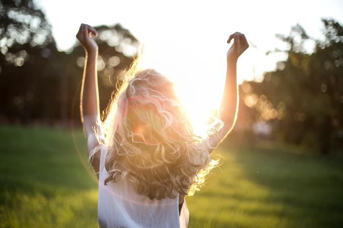 また太陽光を浴びると、感情や精神面、睡眠など人間の大切な機能に深く関係している、しあわせホルモン「セロトニン」が増えると言われています。天気のよい日には積極的に外に出て、ウォーキングなどの軽い運動を取り入れてもいいでしょう◎