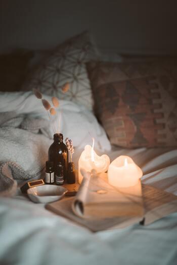 仕事、恋愛、人間関係、楽しいこともあれば辛いこともあるはず。毎日全力で過ごすあまり、気付いたら自分の時間がなくてぽっかり穴のあいた感覚になってしまうことありますよね。そんなときは、好きな音楽を聞いたり、いい香りに包まれたり、読書をしたり。自分がリフレッシュできる時間をつくることが大切です。