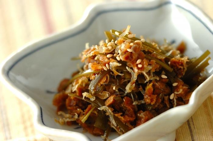 鰹節と一緒にお出汁を取ることの多い昆布は、細く刻むと調理しやすいです。鰹節と一緒に甘辛く佃煮にすれば、立派な一品になります。
