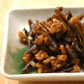 出汁がらのいりこと、クルミ、調味料をお鍋に入れて煮るだけの簡単な佃煮です。蜂蜜の甘さに生姜の風味がアクセントになっています。