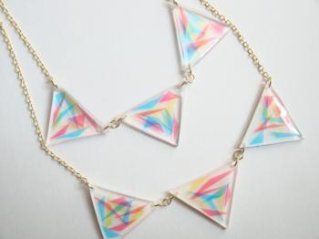 こちらは三角の中に三角を閉じ込めた斬新な作品。