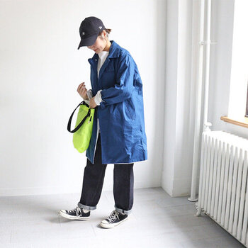 デニム×スニーカーと合わせればメンズライクでカジュアルな装いに♪色鮮やかなステンカラーコートを羽織れば、春めいた軽やかなコーデになりますね。