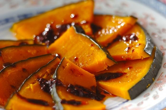 鶏肉で作る四川料理の「よだれ鶏」をかぼちゃでアレンジした一品。食欲そそる香りのピリ辛ダレをかけて頂きます。かぼちゃを蒸して、タレを作ってかけるだけなので、意外と手早く作れちゃいますよ。