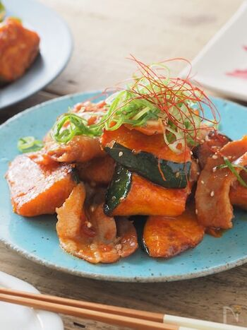 コチュジャンを使ってピリ辛風味に仕上げたかぼちゃと豚バラの韓国風炒め物。かぼちゃの甘さとピリ辛ダレがマッチして、ご飯が進む味付けになります。食べ応えもばっちりで、お酒のお供にもよさそうですね。