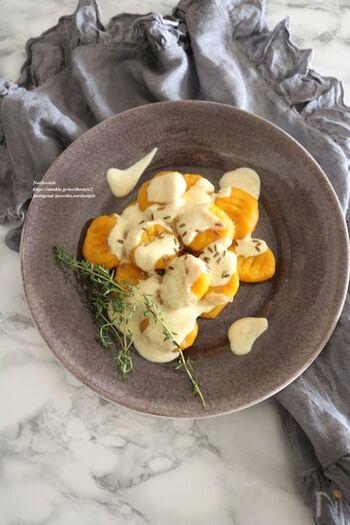 かぼちゃを潰してニョッキにアレンジするレシピ。小麦粉と卵黄、塩を加えて一口サイズに成型するだけなので、意外と簡単に作れます。ソースはヨーグルトにカレー粉を混ぜたもので、特別な材料が要らないのも嬉しいですね。