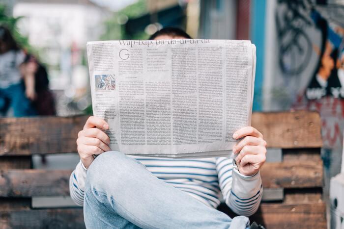 次から次へと最新ニュースが目に入ってくる時代。ニュースを発信している情報サイトはかなりの数に上り、わざわざ新聞を有料で購読しなくてもいい時代ですね。しかし災害や事件、世界情勢が大きく変わりつつある今、冷静に情報を仕入れるために広告表示の少ないシンプルな有料のニュースサイトや紙の新聞の購読を開始する人もいるようです。過剰な演出や映像、画像で惑わされないラジオから情報を得るのもいいでしょう。