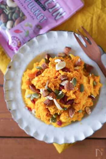 潰したかぼちゃとリンゴを和えて、デリ風サラダに仕上げるレシピ。はちみつやクリームチーズ、ヨーグルトなどを加えるので、まろやかな味わいに仕上がります。ミックスナッツやドライフルーツを散らすことで食感や風味がアップ!