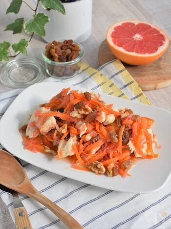 鶏むね肉とにんじんを和えた、メインにもなるサラダのレシピ。鶏むね肉とにんじんは重ねてレンジでチンするので、簡単に作れるのもポイントです。グレープフルーツとレーズンをアクセントに加えて、しっかり食べ応えのあるごちそうサラダに♪
