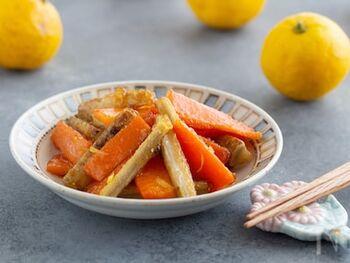 ごぼうとにんじんを揚げ焼きにして、柚子風味の甘酢に漬けた南蛮漬けのレシピ。柚子の果汁と皮を加えることで、風味よく仕上げます。しっかりと味が浸み込むので、お弁当のおかずにもおすすめですよ。