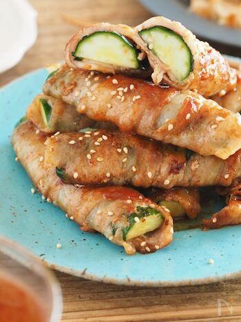 きゅうりに豚バラを巻いて、食べ応えのあるメインに仕上げるレシピ。サッと焼くことできゅうりのシャキシャキ食感を残すことができます。豚バラのコクと梅ソースの酸味がきゅうりとよくあいます。