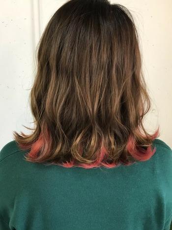 大胆なカラーを取り入れやすいというのもインナーカラーのいいところ。毛先からのぞくレッド系のインナーカラーが個性的ですね。ちょっと冒険したいときにおすすめです。