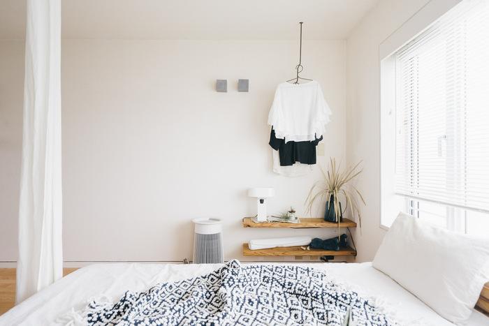 ファブリック類や家電などを白で統一して、清潔感溢れるインテリアに。間仕切りのカーテンが無地なので、圧迫感がなく開放的な印象になりますね。